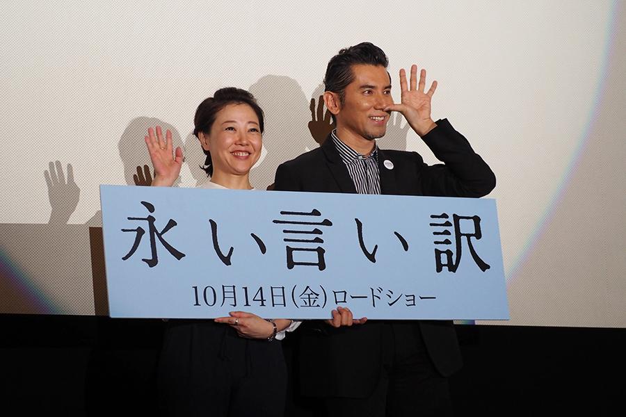 特別に許された観客の撮影では、おどけた表情で客席を楽しませる本木雅弘(5日・大阪市内)