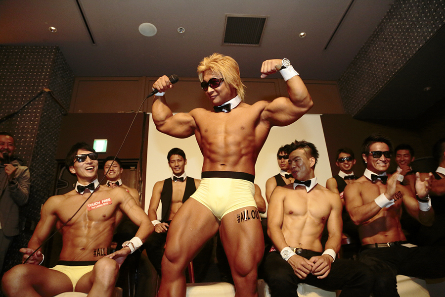 筋肉紳士集団によるマッスル・パフォーマンスの様子