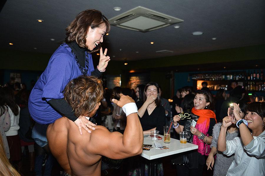 オプションメニュー「筋肉肩のせ」に女性たちも大盛り上がり