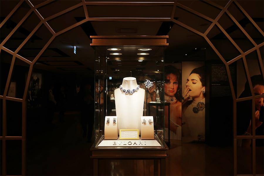 サファイアとダイアモンドで咲き誇る花をイメージしたシリーズ「フローラ」