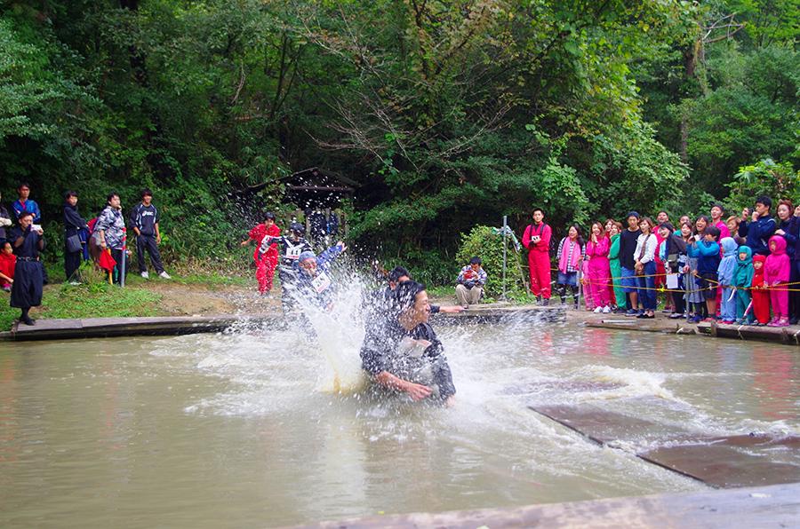 素早い身のこなしが求められる水上走りでは池に水没する人が続出