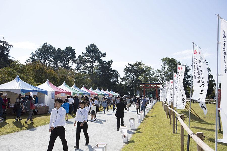 昨年行われた「上賀茂神社」会場風景。パンを見比べるだけでも楽しい