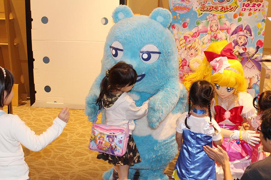 イベント終了後の握手会も、大勢の子どもたちでにぎわった(29日・あべのアポロシネマ)