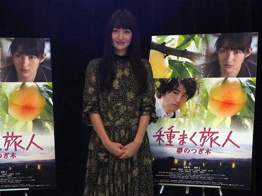 大阪「ツイン21」でトークショーをおこなった女優・高梨臨(8日・大阪市中央区)