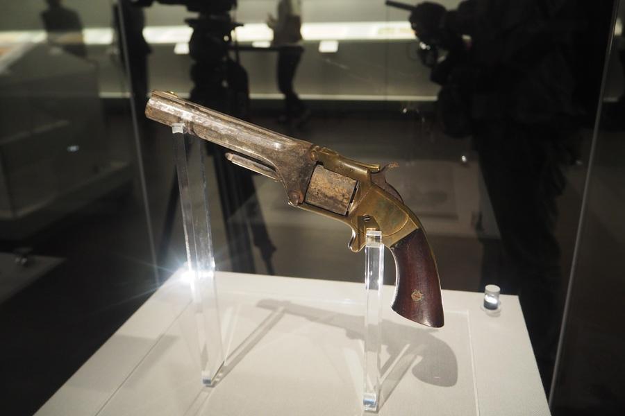 龍馬が所持していた短銃と同じ型式の、米国スミス&ウエッソン社製回転式弾倉を持つ拳銃