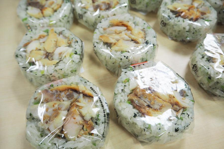 魚がトッピングされているとわかりやすい見た目の「焼魚むすび あじの一夜干し(菜めし)」140円