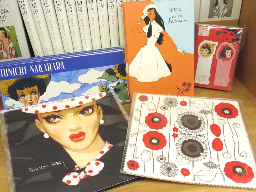 ミュージアムショップでは、ポストカードや一筆箋のほかに、メガネ拭きも人気(10月25日、姫路文学館)
