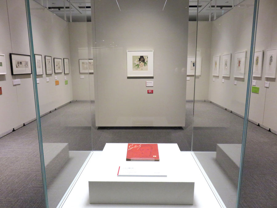中央の赤い冊子は『それいゆ』創刊号(10月25日、姫路文学館)