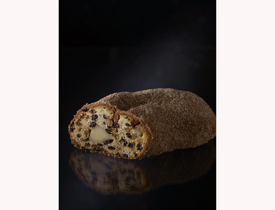 「シュトレン」3,780円は、クリスマス前に少しずつスライスしていただくドイツの伝統菓子