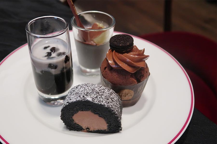 竹炭と練乳ロール、コーヒーゼリーなど、いろんな黒スイーツが並ぶ