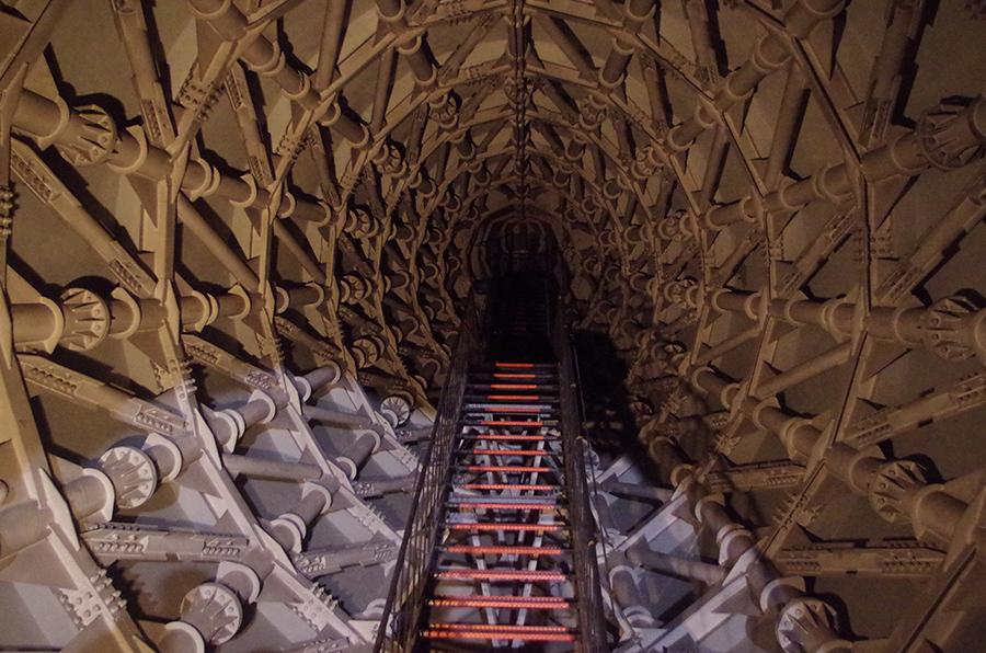「太陽の塔」に向かって左手の部分で、空中展示に続く階段