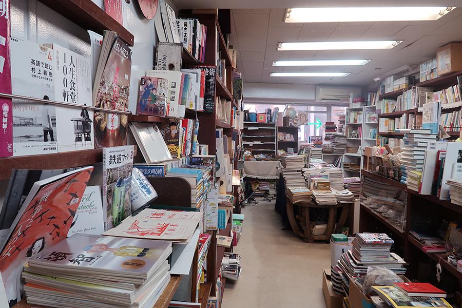 ジャンル問わずの「トンカ書店」。11月17〜28日は関西各地の古本店が参加する『ザックバランな古本のみの市』も開催