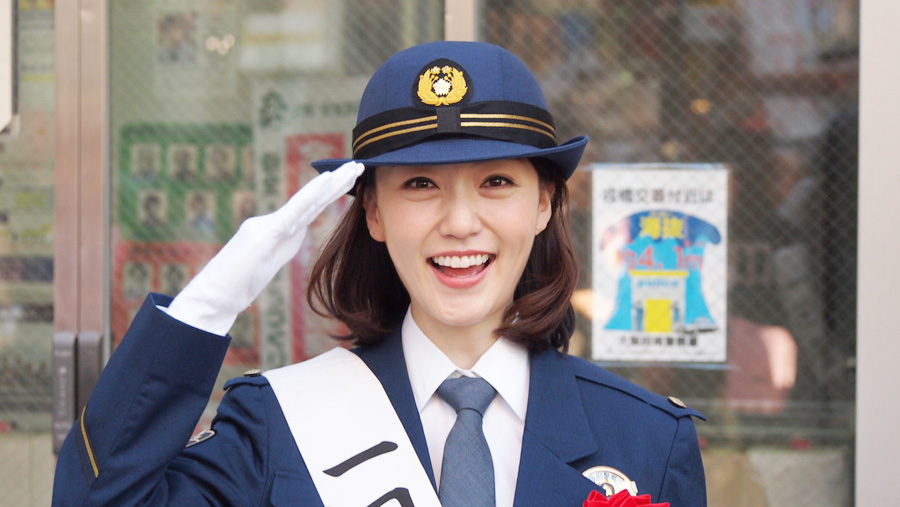 満面の笑顔で敬礼。大阪南警察署の1日警察署長を務めた八木早希
