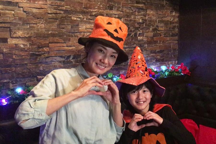 ハロウィーンの仮装をした吉田羊(左)と藤澤遥