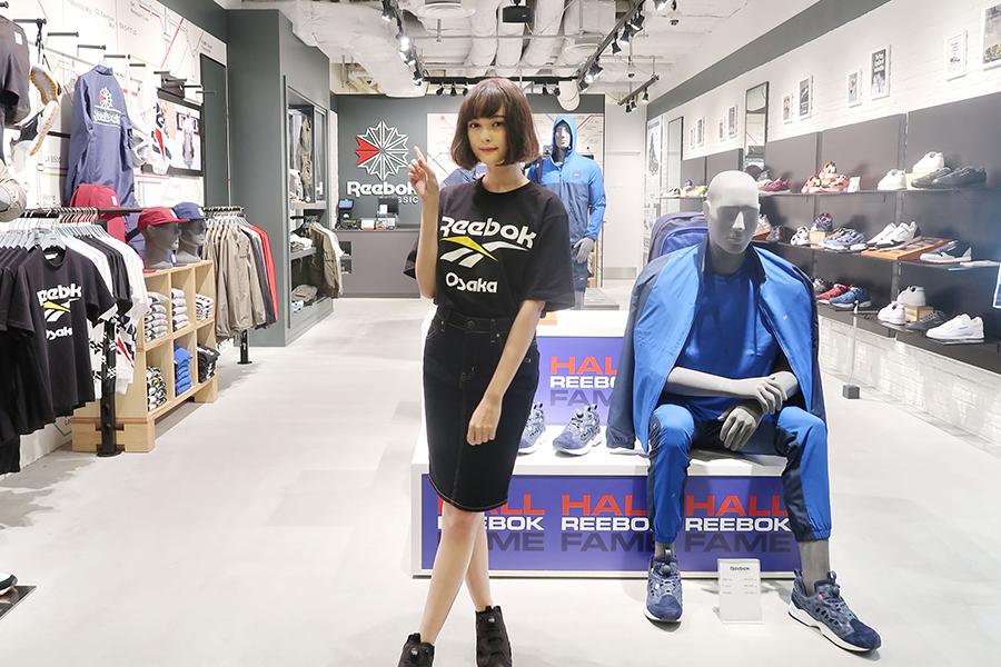 HEP FIVEオープン記念限定Tシャツ(3,990円税別)を着用して登場した玉城ティナ