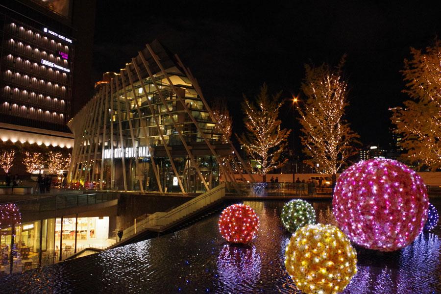 うめきた広場の水辺には、球状のイルミネーション「Floating Blossom」が水面に浮かぶ