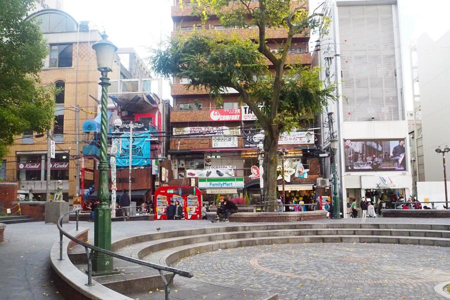 待ち合わせや買い物の休憩で若者が集うアメ村のシンボル・三角公園