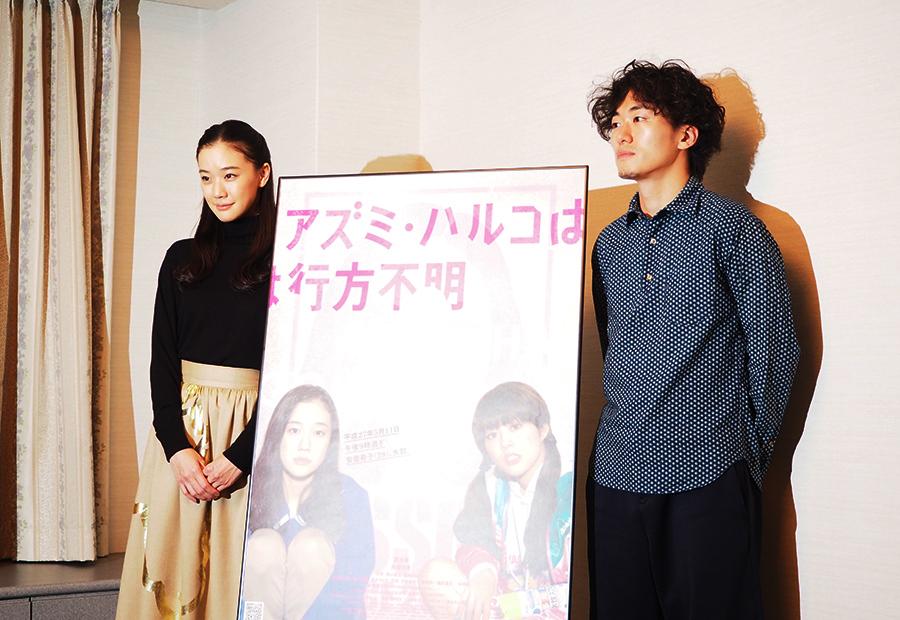 映画『アズミ・ハルコは行方不明』の会見に登場した蒼井優(左)と松居大悟監督