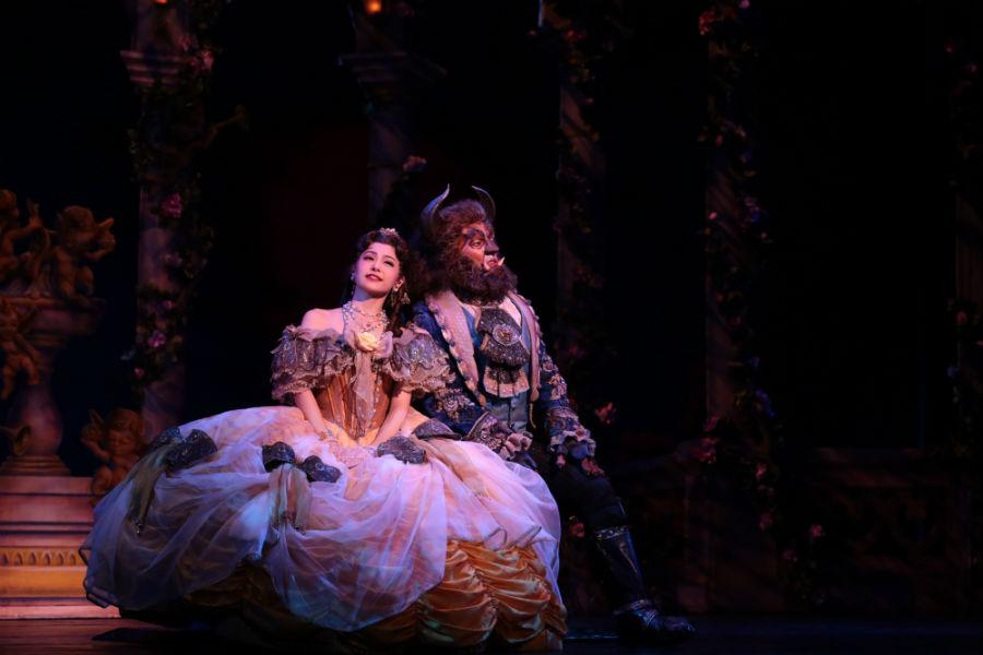 ディズニーミュージカル『美女と野獣』の舞台写真 (c)Disney 写真/堀勝志古