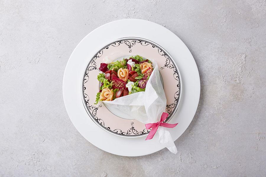 たっぷり野菜のビューティ ブーケ サラダ780円は週替りで3種登場予定