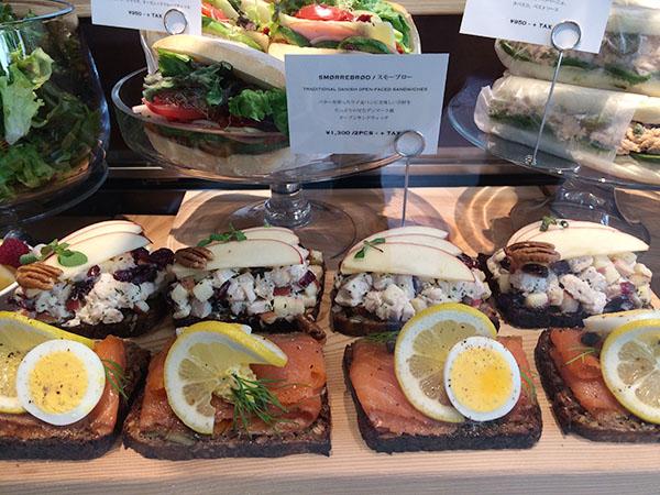 バターを塗ったライ麦パンにフレッシュな具材をたっぷりのせたデンマーク風オープンサンドイッチ、スモーブローは、2種類をチョイス、サラダ付きで1404円