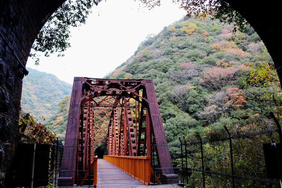 トンネル内の照明と共に注目されていたのが鉄橋。以前は鉄橋脇の管理用の通路を歩いたが、真ん中に安全な橋が渡された(15日・兵庫県西宮市)