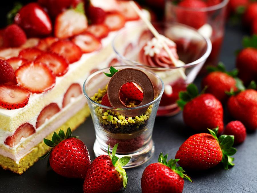 イチゴをスイーツと組み合わせた小さなグラスに入った「グラスデザート」。写真はイメージ