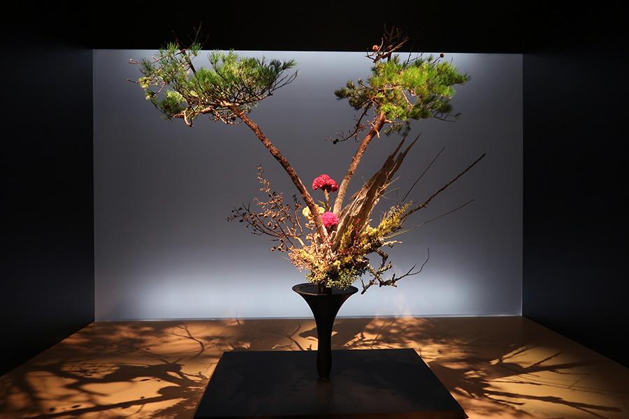 「今回のテーマは花の力。力は目に見えないもの、どうやったら力があるか1人ずつ考えなければならないと思っています」と語った華道家元四十五世 池坊専永の作品