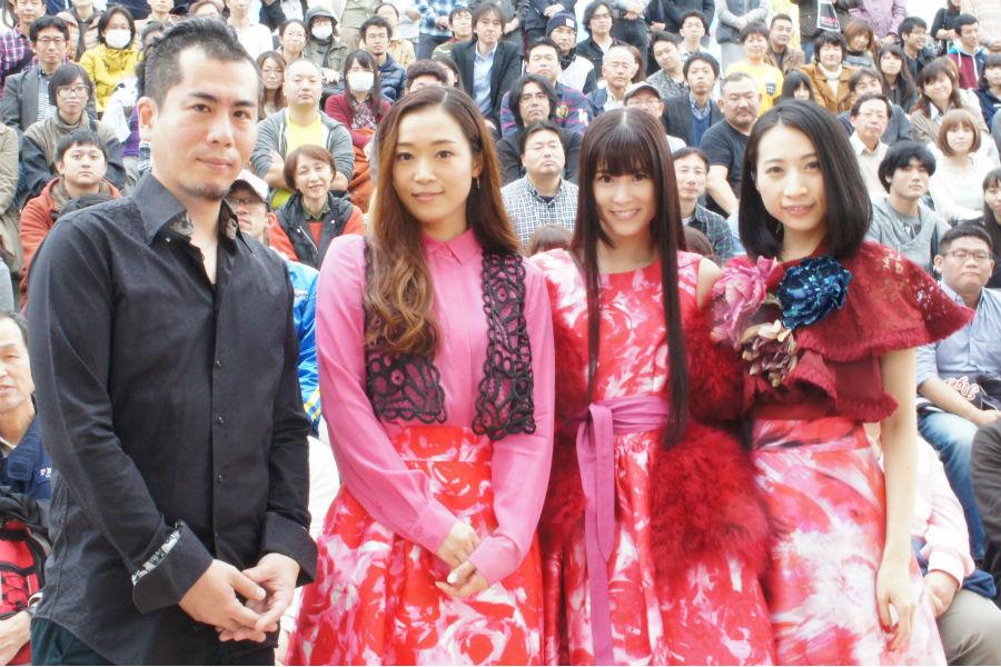 西宮ガーデンズでのイベントは「屋外なので、四季を感じられる」と愛着を感じているKalafina。右からメンバーのHikaru、Keiko、Wakana、サポートメンバーのピアニスト櫻田泰啓(20日、兵庫県西宮市)