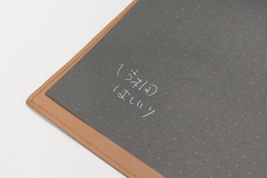 取材中、少し変わったノートを使用していたら、「どれ、どれ」と試し書きで自分のサインをした片桐はいり