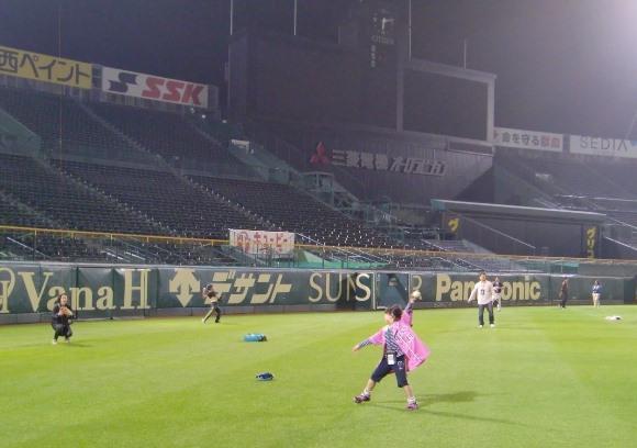 「親子のすばらしい思い出になった」と参加者が話す甲子園の特別イベント『ナイター親子キャッチボール』