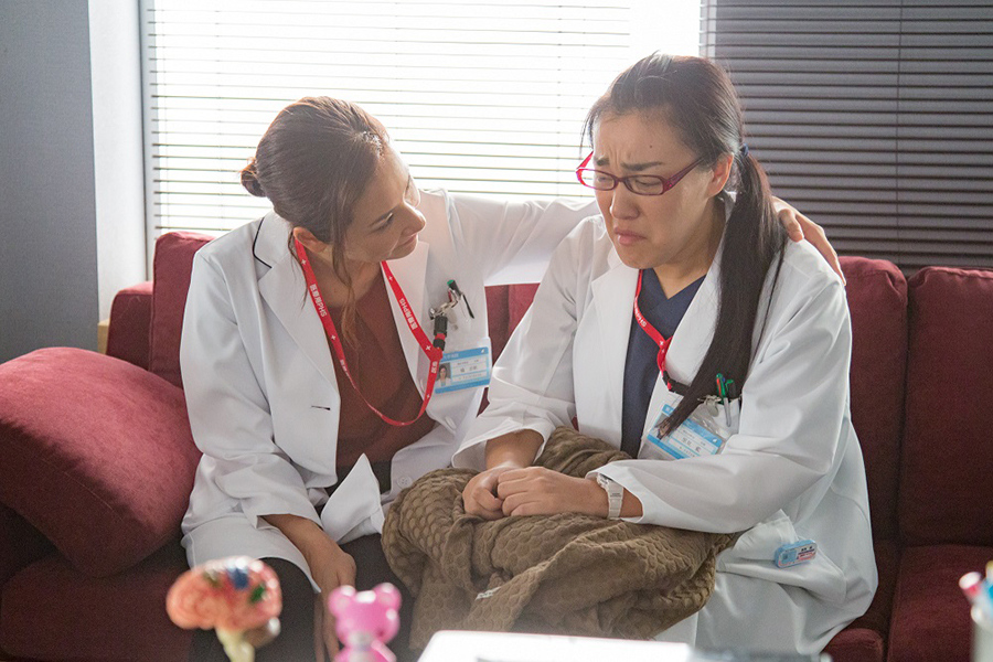 天才外科医・橘志帆役の吉田羊(左)と、救命救急医・里見藍役の白鳥久美子