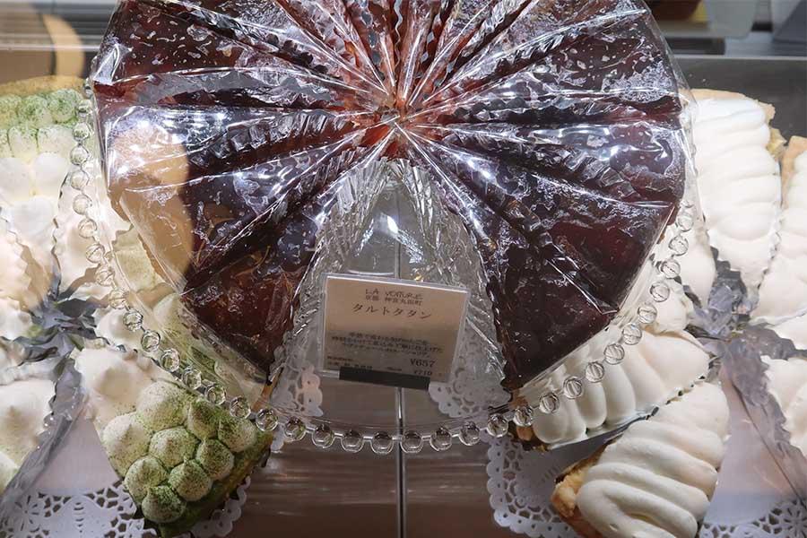 京都市左京区で人気のケーキ「タルトタタン」690円。街なかから少し離れた場所にあるケーキを一度に買えるのがうれしい