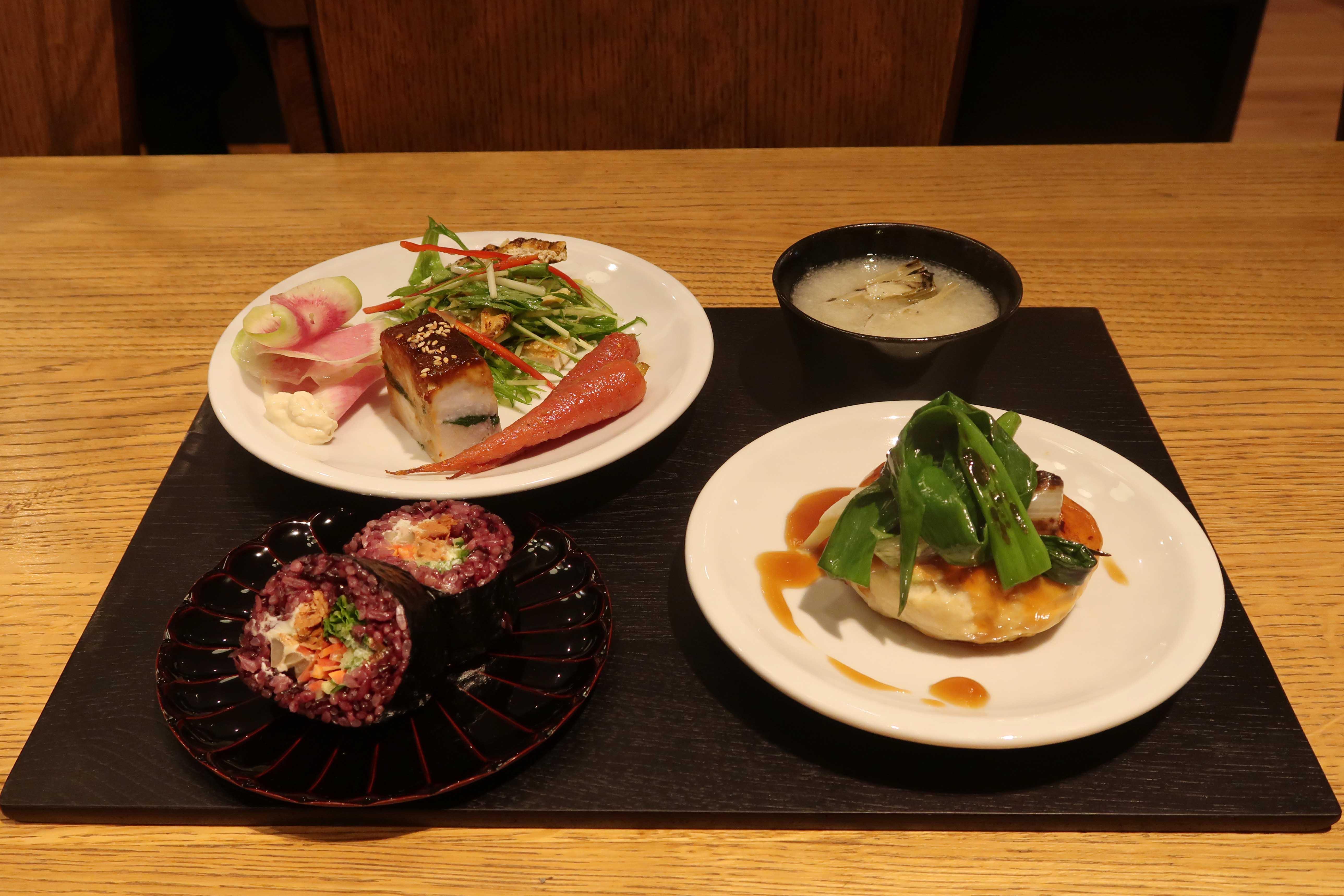 ランチセットメニュー1600円(11:00~LO15:30)。デリは5種から3種、メインは3種から1種、ほか、炊き込みご飯かロール寿司、パンからも1つ選べる