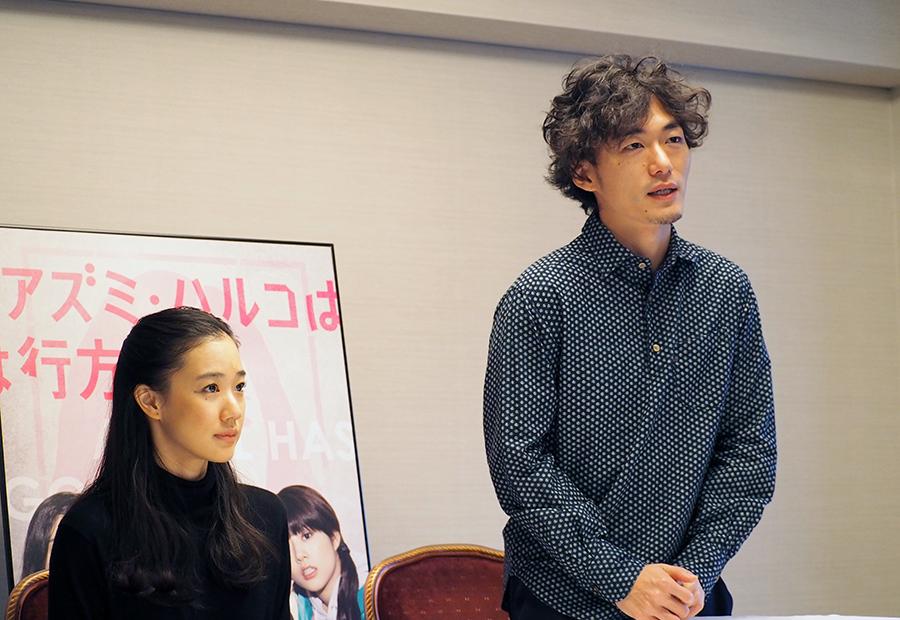 会見をおこなった松居大悟監督(右)と主演の蒼井優(16日・大阪市内)