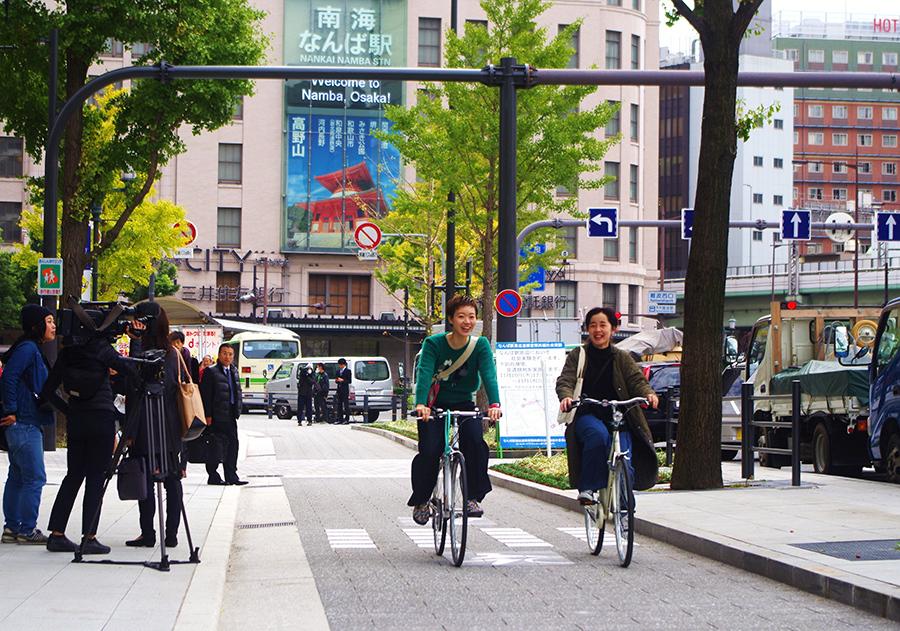 御堂筋に登場した自転車空間。さっそく、自転車が快適そうに走った(10日・大阪御堂筋)