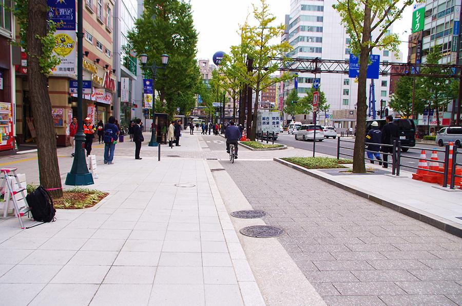 歩道が広く、自転車も快適に走行できるモデル区間(10日・大阪御堂筋)