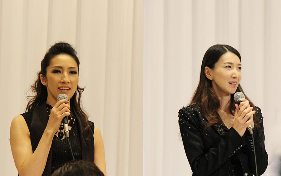春野寿美礼(右)は「20周年の一駒になれて幸せ」。水夏希は「また特殊メイクで男役の衣装を着れるのがうれしい」