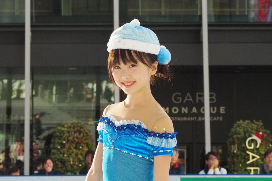 冬っぽいかわいらしい衣装で演技を披露した本田望結ちゃん(25日・うめきた広場)
