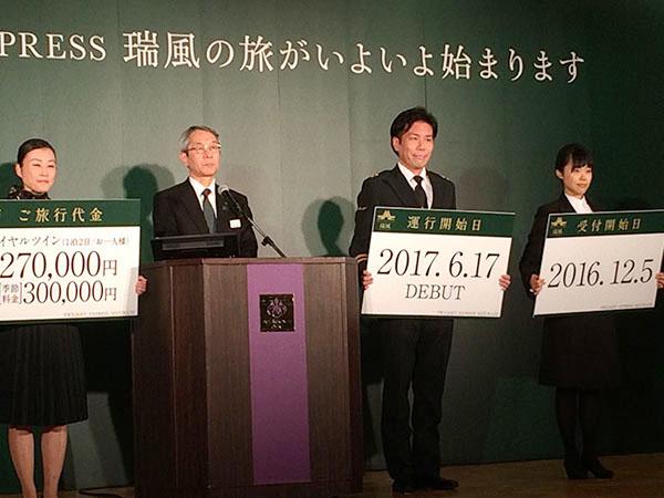来島社長は、左から2番目。列車長、クルー、ツアーデスクがフリップボードを持って登壇