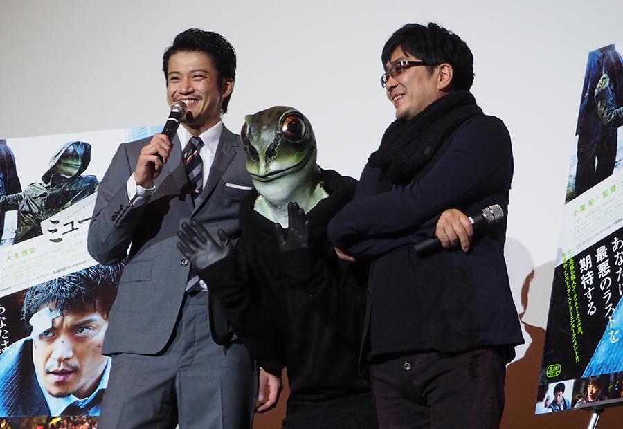 イベント終盤にはカエル男も登場し、観客の撮影タイムに突入。笑顔で応える小栗旬(左)と大友啓史監督(20日・梅田ブルク7)