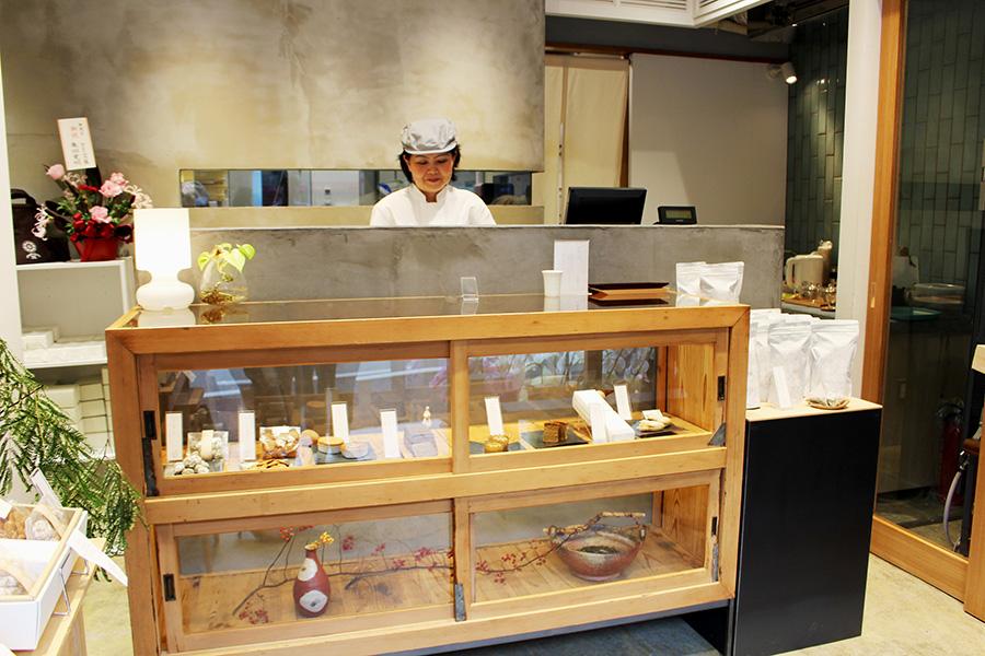 ほうじ茶の香りに誘われて訪れる人々も。焼き菓子のほか、ほうじ茶が香る最中も人気