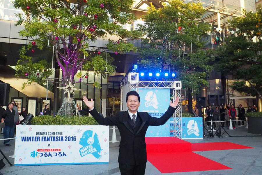 ドリカムのツインイルミネーションツリー点灯式に出席した中村正人(25日・うめきた広場)