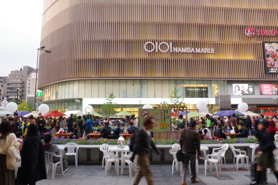 高島屋大阪店となんばマルイの目の前に現れた憩いの空間(11日、大阪市)