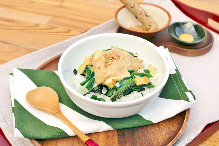 この日披露された「結崎ネブカ丼」。生産は川西町だけという伝説のネギ結崎ネブカと、白味噌・酢・油揚げ・砂糖など室町時代にあったであろう食材のみを使用
