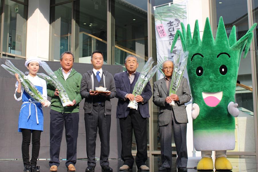 結崎ネブカ丼のベースレシピ考案の松田弘子さん(左)や生産者の皆さん。右は、結崎ネブカイメージキャラクターの「ネッピー」(6日、川西文化会館)
