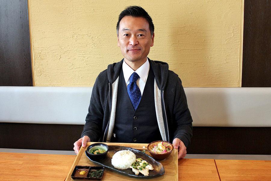 真っ先にメニューに取り入れた町役場前の「カフェねぶっか」で、二色丼タイプの「結崎ネブカ丼」700円を食する竹村匡正町長(6日、川西文化会館)