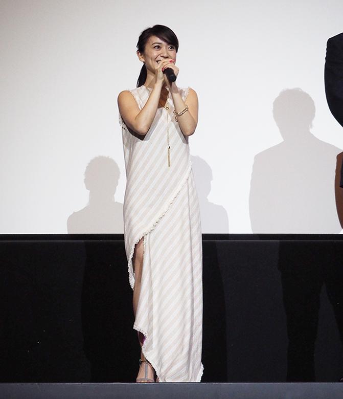 足元がふわりするデザインの衣裳で登場した大島優子(27日・大阪市内)