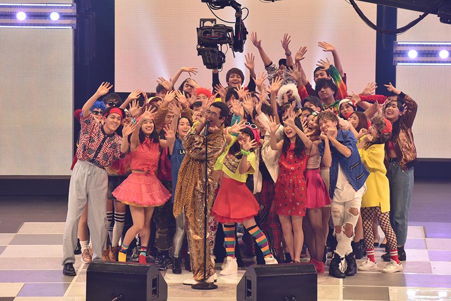 ピコ太郎は、50人のダンサーを引き連れての生パフォーマンス(17日・大阪フェスティバルホール)