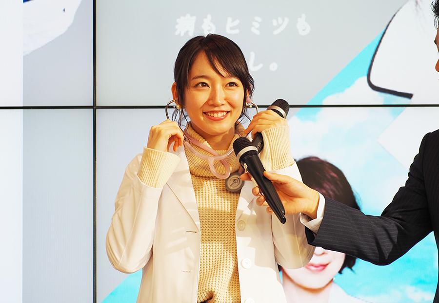 女医の衣裳に、ドラマで使用した聴診器をつけてトークした女優・吉岡里帆(29日・カンテレ)